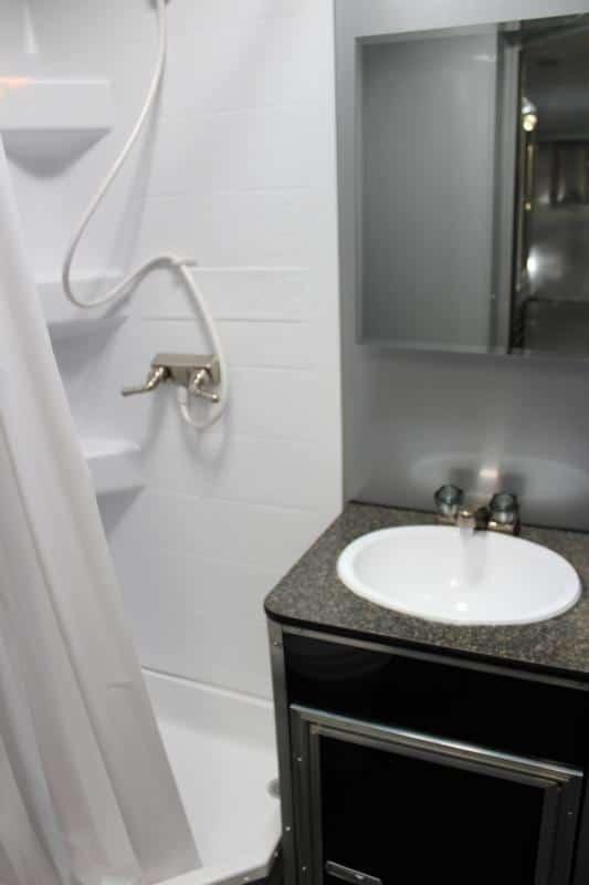 bumperpullwbathroom0142_17